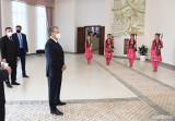 Шавкат Мирзиёев посетил школу оперы и искусства бахши в Нукусе